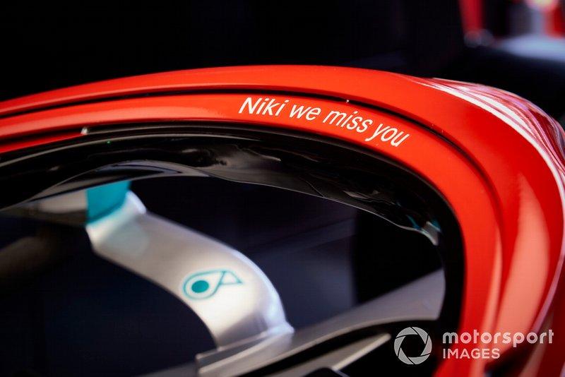L'Halo verniciato di rosso su una Mercedes AMG F1 W10 in onore di Niki Lauda