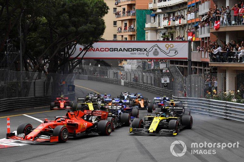Sebastian Vettel, Ferrari SF90, precede Daniel Ricciardo, Renault R.S.19, Kevin Magnussen, Haas F1 Team VF-19, Nico Hulkenberg, Renault R.S. 19, e il resto del gruppo, alla partenza