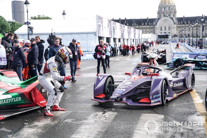 Daniel Abt, Audi Sport ABT Schaeffler, Audi e-tron FE05, alza il pollice a Robin Frijns, Envision Virgin Racing, Audi e-tron FE05, dopo la sua vittoria
