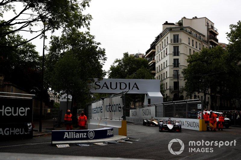 Robin Frijns, Envision Virgin Racing, Audi e-tron FE05, con l'ala anteriore danneggiata, Andre Lotterer, DS TECHEETAH, DS E-Tense FE19