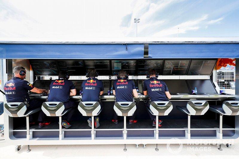 El equipo Red Bull en el muro del pit