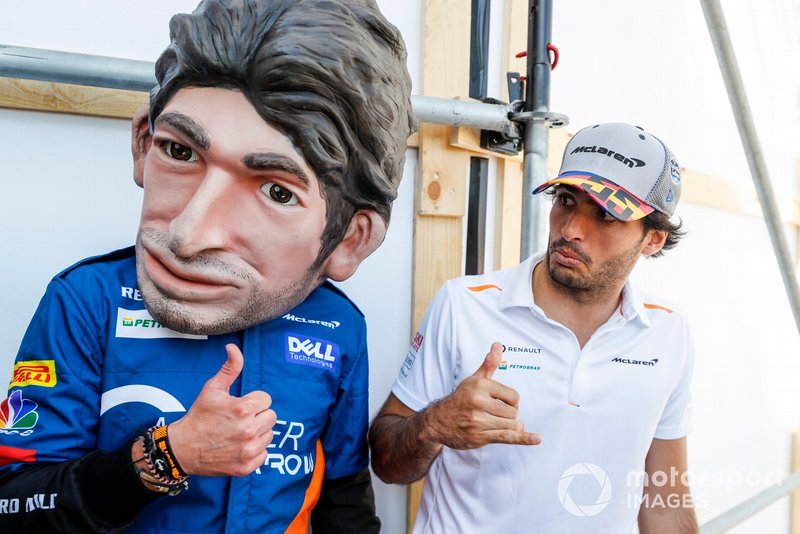Carlos Sainz Jr., McLaren con un muñeco