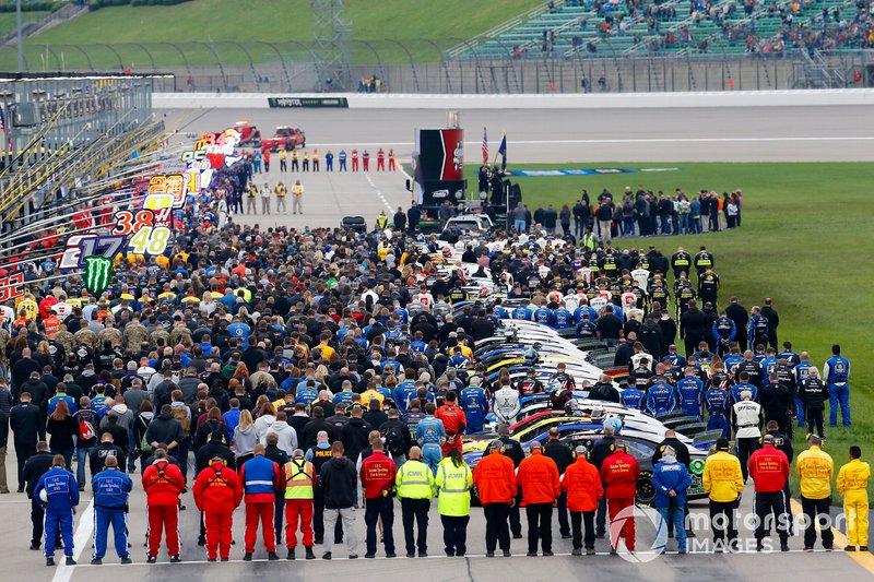 Pre carrera de equipos de pit road alineados