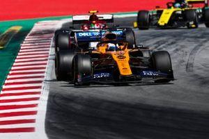 Carlos Sainz Jr., McLaren MCL34, voor Antonio Giovinazzi, Alfa Romeo Racing C38, en Daniel Ricciardo, Renault R.S.19