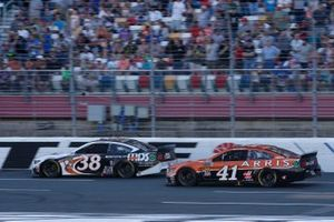 Daniel Suarez, Stewart-Haas Racing, Ford Mustang ARRIS David Ragan, Front Row Motorsports, Ford Mustang MDS Transport