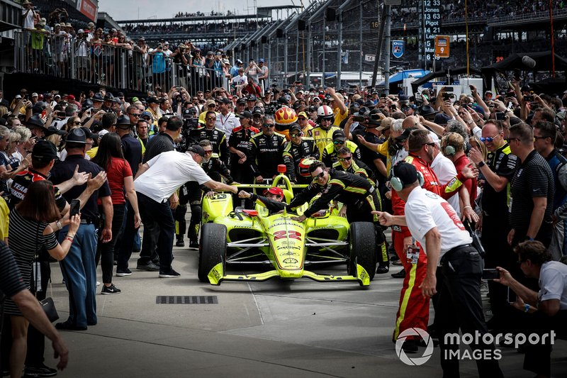Simon Pagenaud, Team Penske Chevrolet, en el Victory Lane