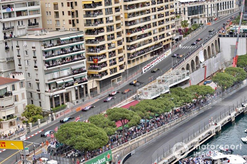 Pierre Gasly, Red Bull Racing RB15, precede Daniil Kvyat, Toro Rosso STR14, Carlos Sainz Jr., McLaren MCL34, Alexander Albon, Toro Rosso STR14, Nico Hulkenberg, Renault R.S. 19, Lando Norris, McLaren MCL34, Romain Grosjean, Haas F1 Team VF-19, e il resto delle auto