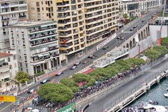 Pierre Gasly, Red Bull Racing RB15, devant Daniil Kvyat, Toro Rosso STR14, Carlos Sainz Jr., McLaren MCL34, Alexander Albon, Toro Rosso STR14, Nico Hulkenberg, Renault R.S. 19, Lando Norris, McLaren MCL34, Romain Grosjean, Haas F1 Team VF-19, et le reste du peloton