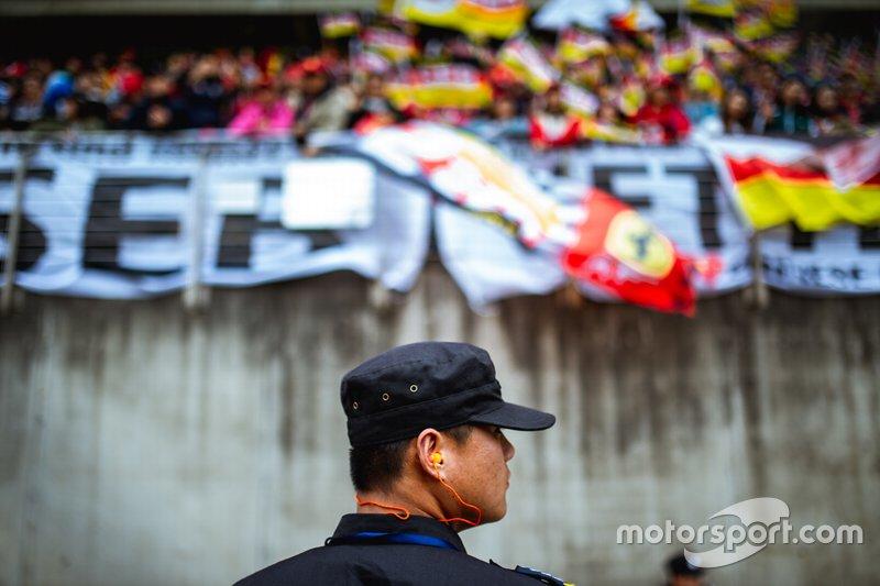 Un policía frente a la tribuna