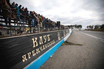 Глядачі завмерли в очікуванні старту після параду пілотів і відкриття гонки