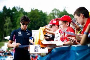 Lance Stroll, Racing Point signe un autographe pour un fan