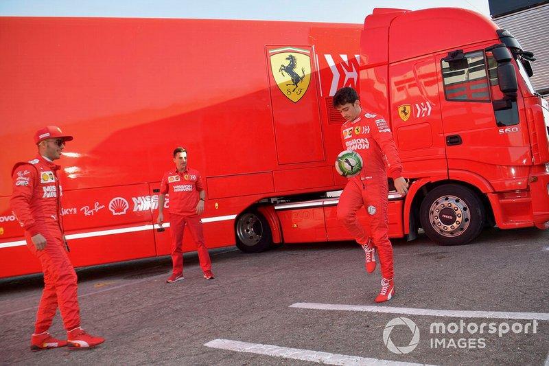 Antonio Fuoco, Ferrari e Charles Leclerc, Ferrari giocano a calcio nel paddock