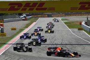 Pierre Gasly, Red Bull Racing RB15, devant Romain Grosjean, Haas F1 Team VF-19, Kevin Magnussen, Haas F1 Team VF-19, Daniil Kvyat, Toro Rosso STR14, Alexander Albon, Toro Rosso STR14, et Carlos Sainz Jr., McLaren MCL34