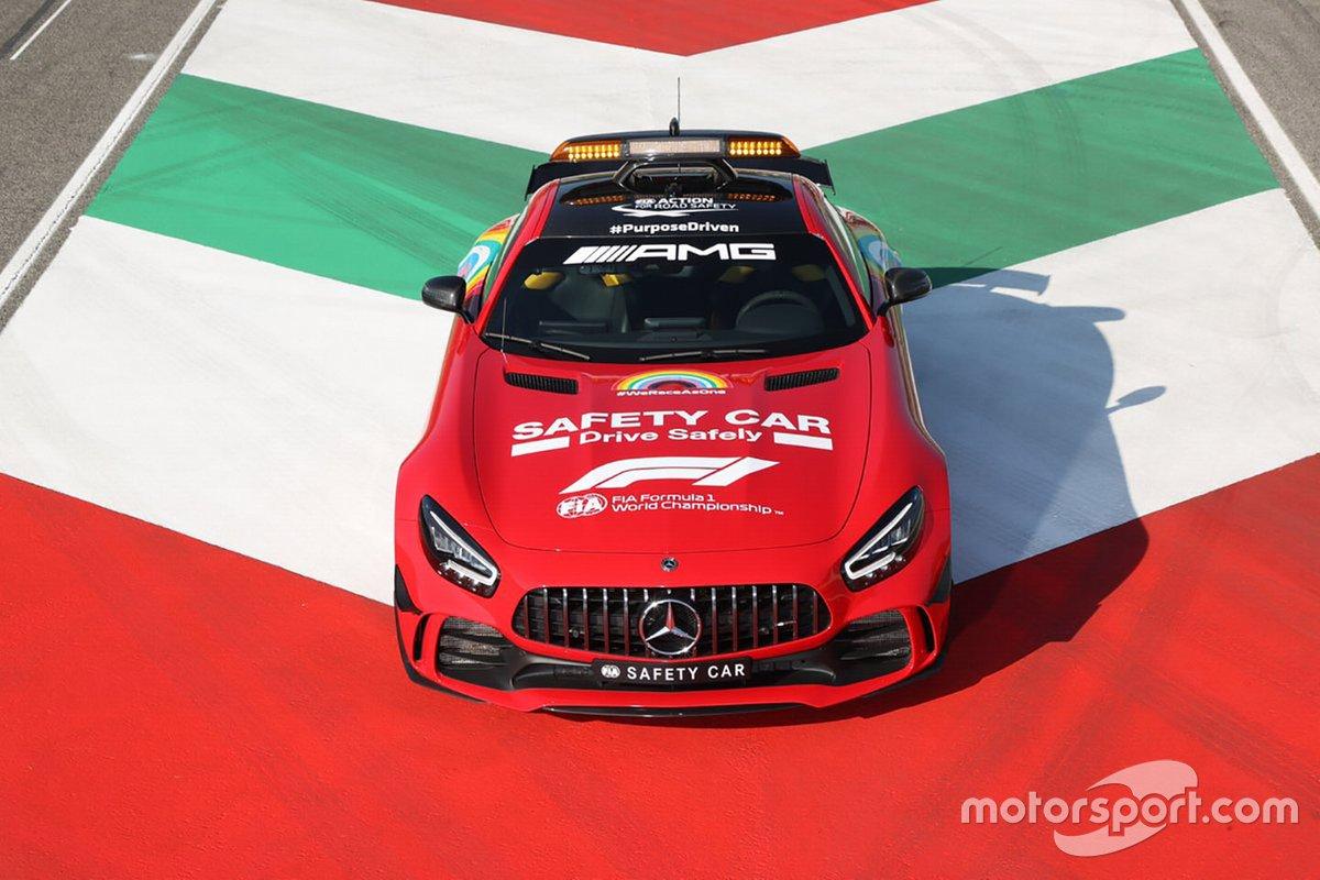 Автомобиль безопасности Mercedes в красной ливрее