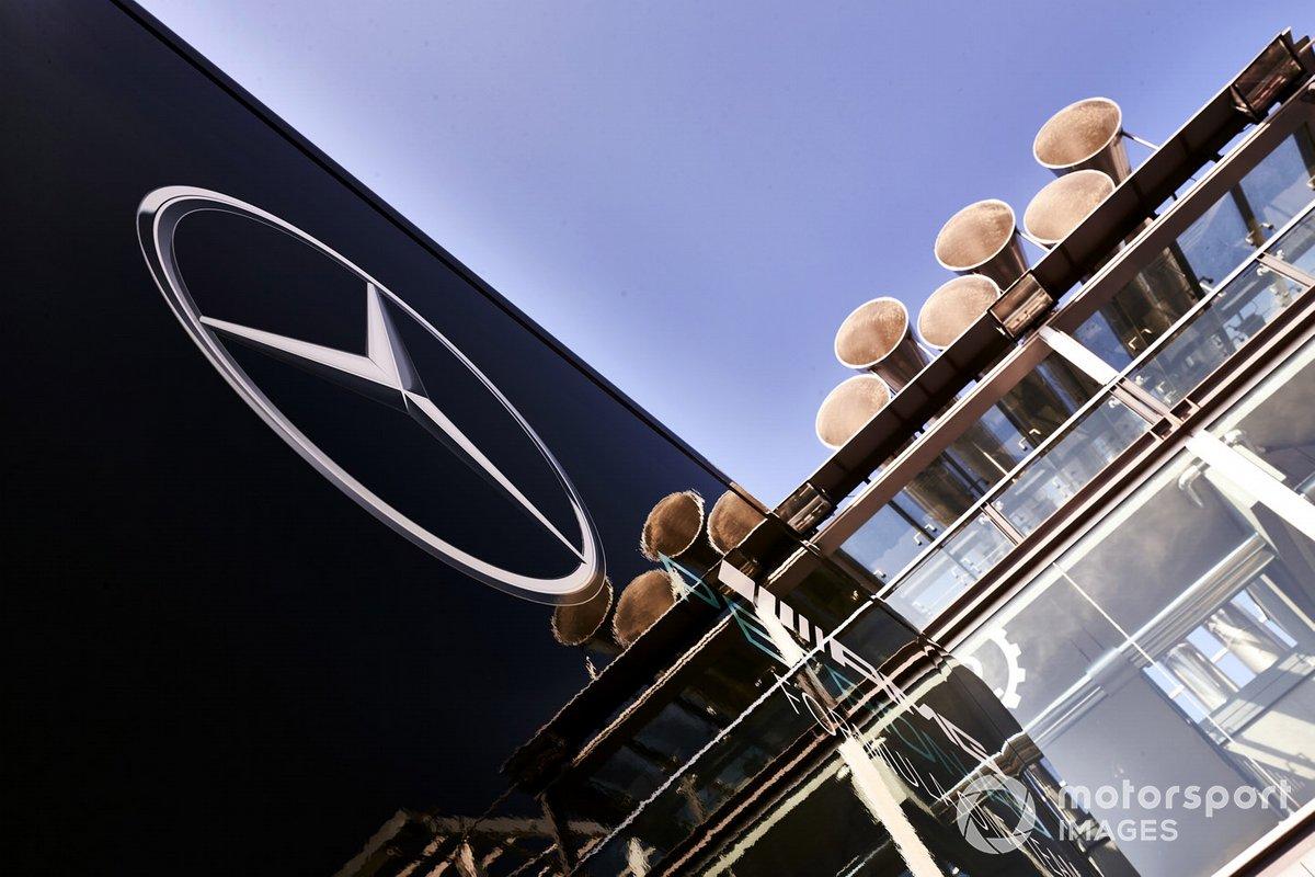 El logo de Mercedes en un camión del equipo
