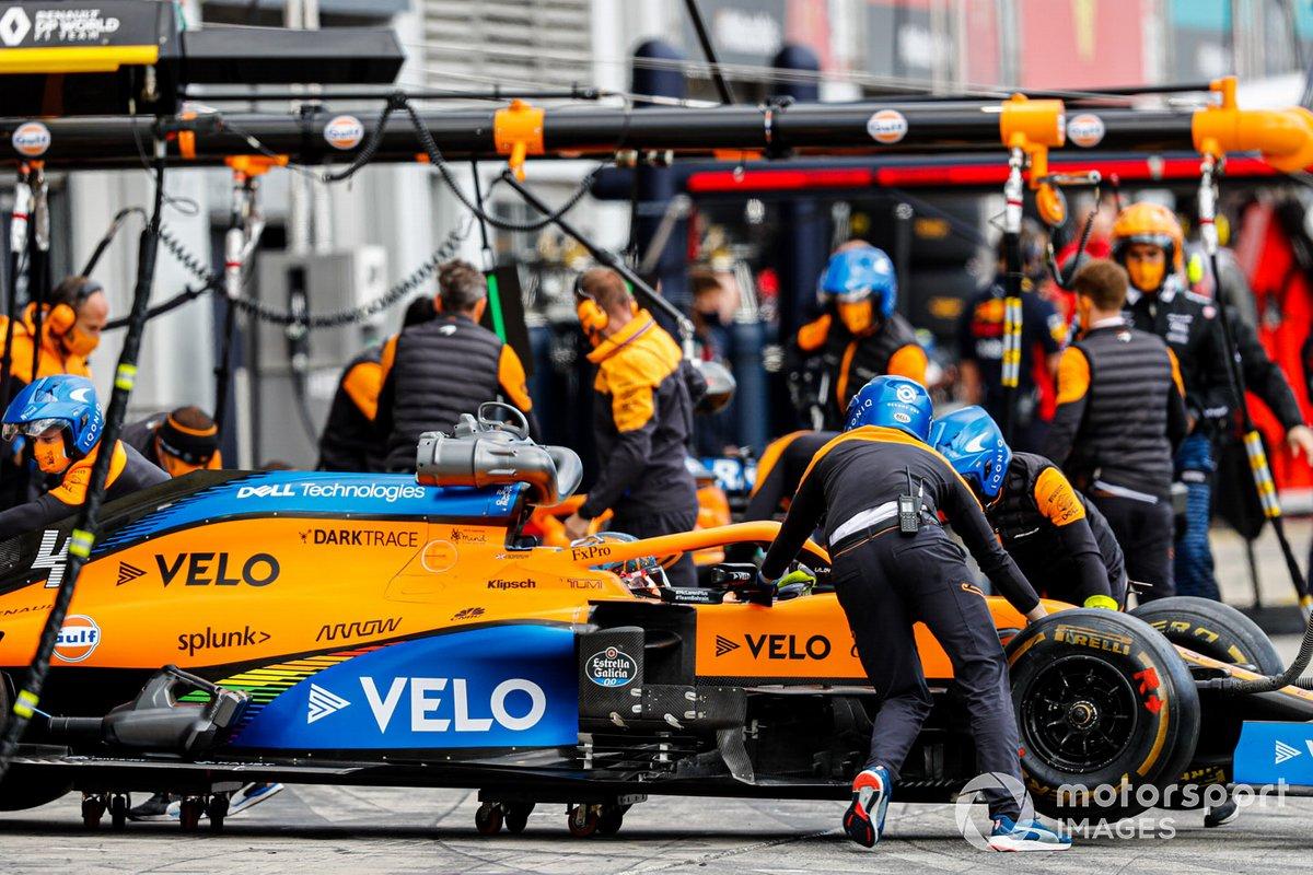 Машину Ландо Норриса, McLaren MCL35, закатывают в гараж