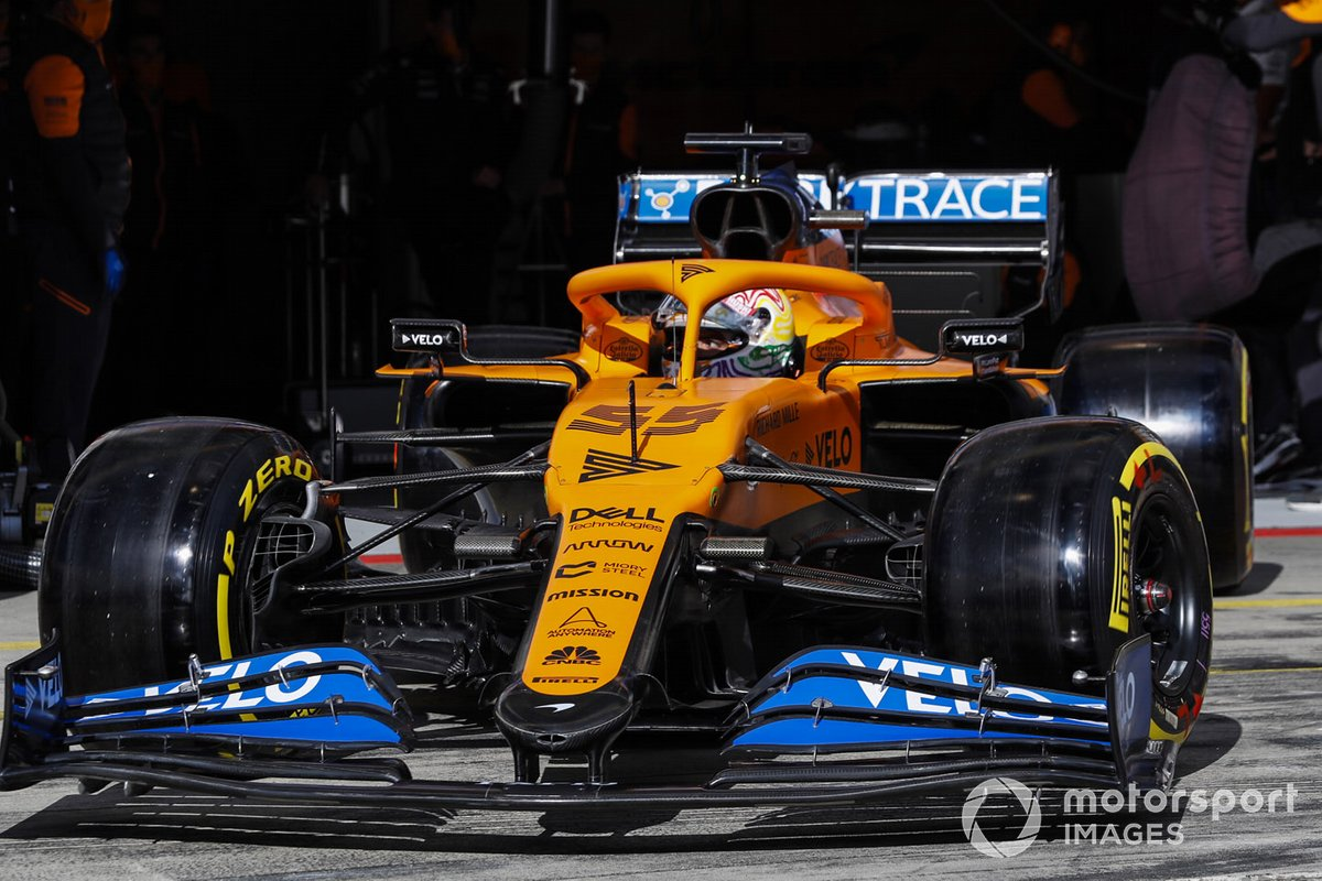 Carlos Sainz Jr., McLaren MCL35, lascia il garage