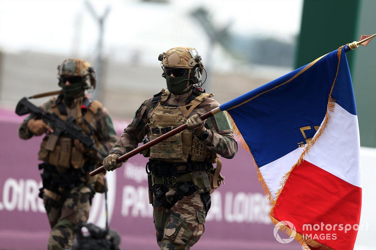 La bandera francesa se entrega a la parrilla