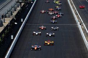 Scott Dixon, Chip Ganassi Racing Honda leads the field on a restart