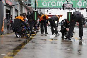 Los mecánicos de McLaren en el pit lane