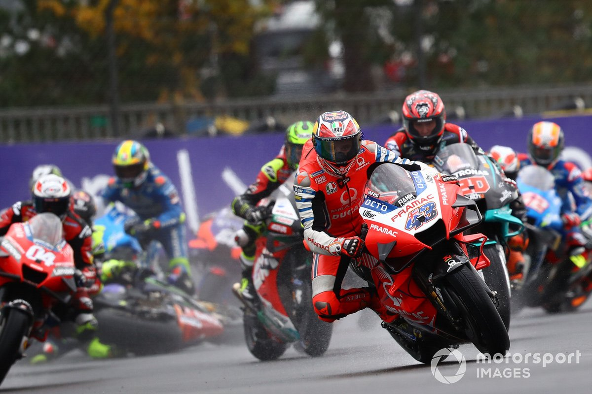 Jack Miller, Pramac Racing in testa, Valentino Rossi, Yamaha Factory Racing cade