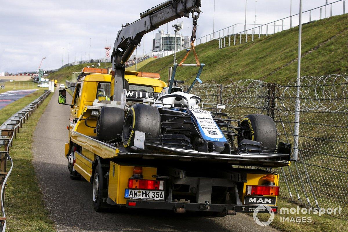 El monoplaza de George Russell, Williams FW43 es llevado en una grúa