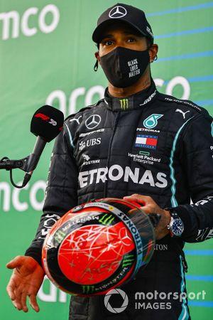 Lewis Hamilton, Mercedes-AMG F1, 1°posto, con il casco di Michael Schumacher donatogli da Mick Schumacher