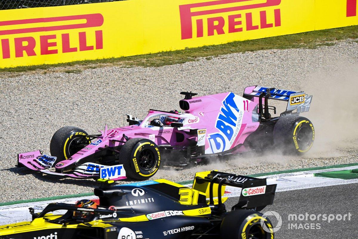 Sergio Pérez, Racing Point RP20, en la grava mientras Esteban Ocon, Renault F1 Team R.S.20, pasa