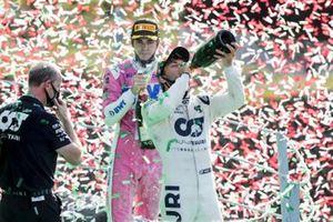 Le vainqueur Pierre Gasly, AlphaTauri, et Lance Stroll, Racing Point, 3ème position, fêtent sur le podium