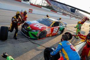Kyle Busch, Joe Gibbs Racing, Toyota Camry M&M's pit stop