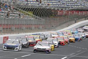 Start zum Bank of America Roval 400 in Charlotte mit Regenreifen: Denny Hamlin, Joe Gibbs Racing, Toyota Camry FedEx Ground, führt