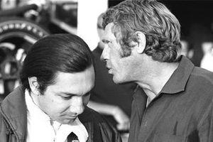 Steve McQueen discute avec Pedro Rodriguez