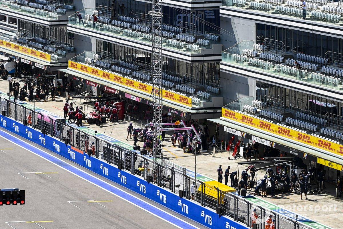 Kimi Raikkonen, Alfa Romeo Racing C39, y Pierre Gasly, AlphaTauri AT01