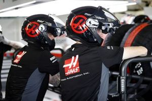 Hass mechanics in the pit lane