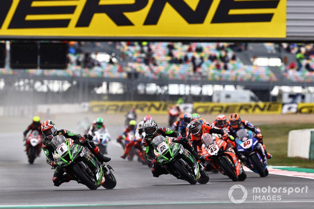 Jonathan Rea, Kawasaki Racing Team leads on lap 1