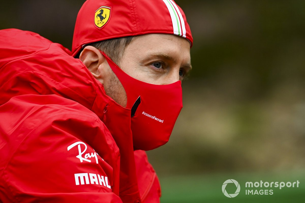 Себастьян Феттель, Ferrari, едет по трассе на велосипеде