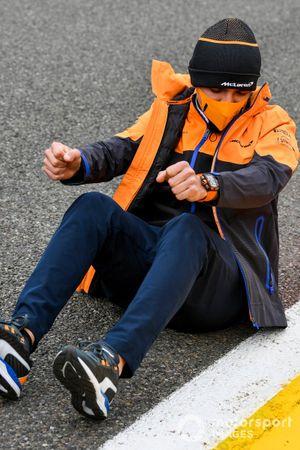 Lando Norris, McLaren seduto sull'asfalto