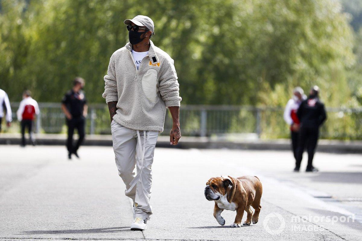 Льюис Хэмилтон, Mercedes-AMG Petronas F1, и его собака Роско