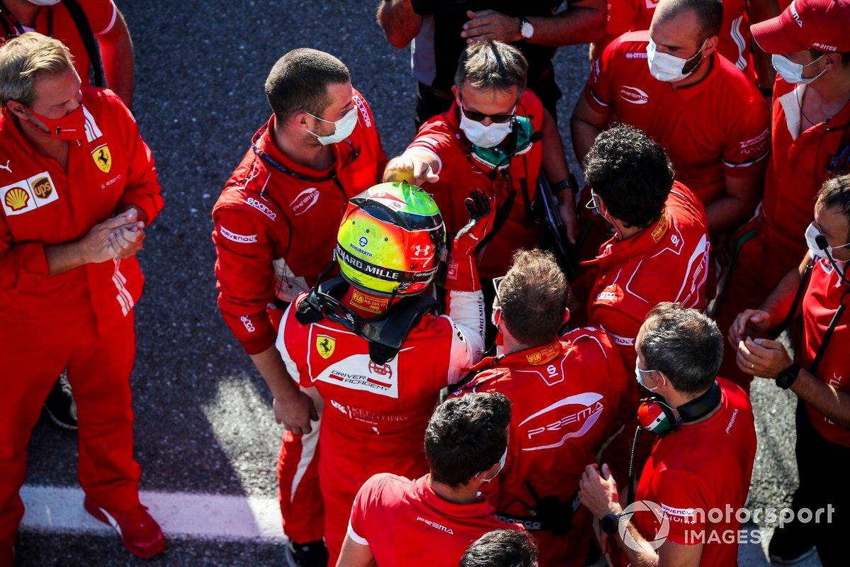 Il vincitore della gara Mick Schumacher, Prema Racing festeggia a Parc Ferme