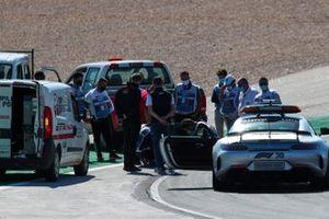 Michael Masi, Director de Carrera y la FIA arreglan una alcantarilla