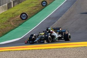Valtteri Bottas, Mercedes F1 W11, battles with Daniel Ricciardo, Renault F1 Team R.S.20