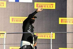 Podyum: Yarış galibi Lewis Hamilton, Mercedes F1 W11