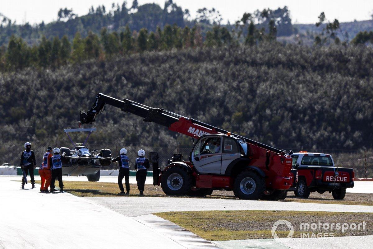 Oficiales de pista retiran el monoplaza de Pierre Gasly, AlphaTauri AT01