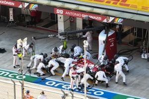 Antonio Giovinazzi, Alfa Romeo Racing C39, in the pits