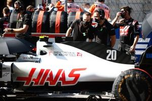 Mechanics on the grid with Kevin Magnussen, Haas F1