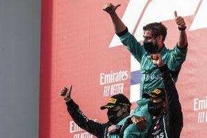 Valtteri Bottas, Mercedes-AMG F1, 2a posizione, e Lewis Hamilton, Mercedes-AMG F1, 1a posizione, sollevano il rappresentante della Mercedes spalle