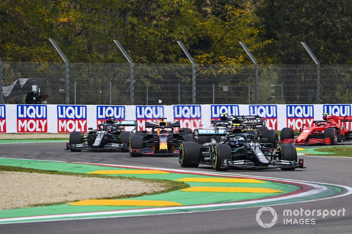 Valtteri Bottas, Mercedes F1 W11, Max Verstappen, Red Bull Racing RB16, Lewis Hamilton, Mercedes F1 W11, e il resto delle auto alla partenza