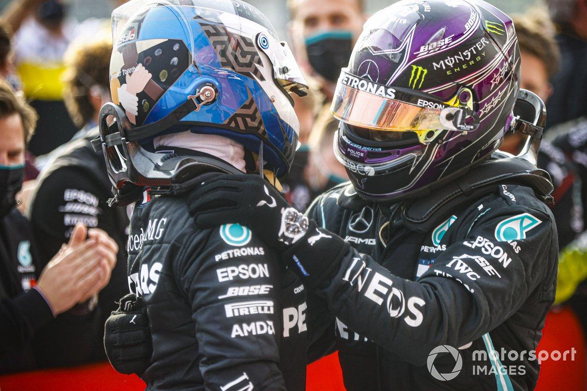 Segundo lugar Valtteri Bottas, Mercedes-AMG F1y el ganador Hamilton, Mercedes-AMG F1 celebran en Parc Ferme