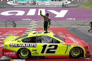 Ryan Blaney, Team Penske, Ford Mustang Menards/Cardell Cabinetry celebrates his win