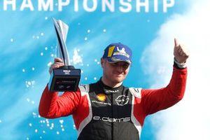 Oliver Rowland, Nissan e.Dams, 2ª posición, en el podio